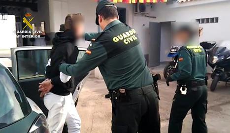 Detingut un home per donar una pallissa a la seua companya sentimental al portal de casa seua
