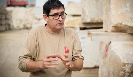 A tota màquina. Joan Manel López treballant al taller de Pedres de Ponent.