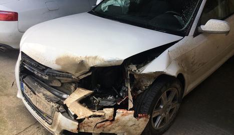 El cotxe implicat en un dels xocs va quedar sinistre total.
