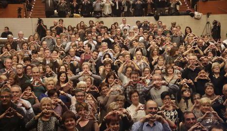 El públic va mostrar el compromís fent el símbol de l'Associació Mamapop abans de disfrutar de l'espectacle.