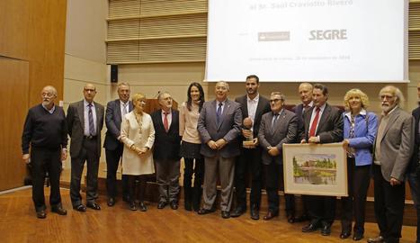Saül Craviotto i la seua esposa al costat de les autoritats, representants del Grup SEGRE i Banc Santander i els artistes Ureña i González.
