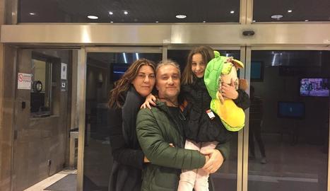 La petita Nadia Nerea i els seus pares, ahir a la tarda a Madrid.