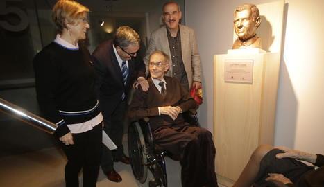 Lluís Virgili, amb el seu fill, l'alcalde Ros i la regidora Parra, en el moment de descobrir el bust.