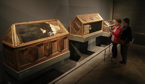 Dos visitants ahir al Museu de Lleida, en una de les sales on s'exhibeixen tres caixes sepulcrals originàries del monestir de Sixena.