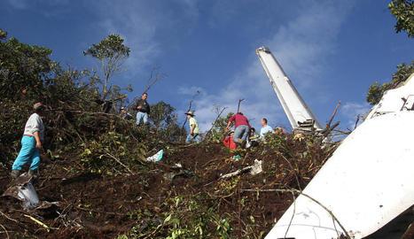 Els equips de rescat al costat de l'avió accidentat ahir al municipi colombià de La Ceja.