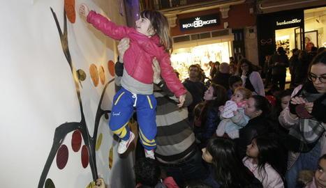 Els nens van penjar missatges sobre com volen que sigui la ciutat en el futur en aquest 'arbre' instal·lat a la plaça Paeria.
