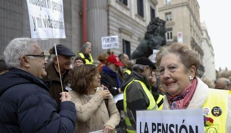 Mobilització de pensionistes ahir a les portes del Congrés en defensa de la prestació.