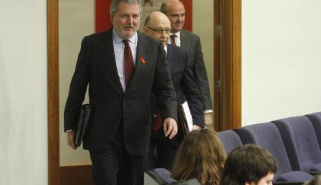 Els ministres Méndez de Vigo, Montoro i De Guindos es dirigeixen a fer la roda de premsa d'ahir.