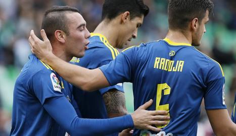 Iago Aspas, autor de dos gols, felicitat pels seus companys.