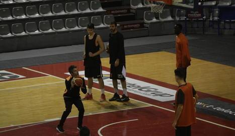 Borja Comenge, explicant un sistema de joc durant l'entrenament d'ahir.
