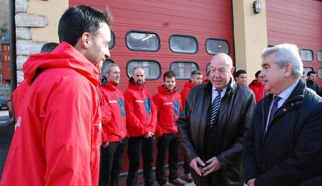 Barrera i Puig en la visita al parc de Pompièrs de Vielha.
