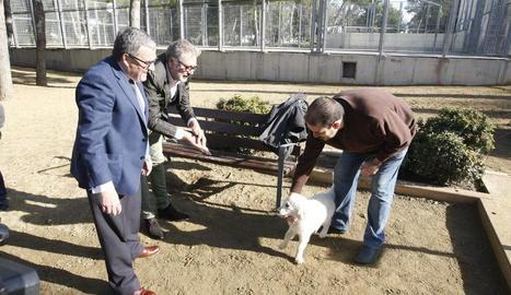 Ros i Larrosa, al costat d'un usuari de la nova zona per a gossos.
