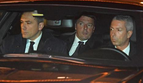 Renzi, al centre, va entrar i va sortir del palau presidencial amb cotxe per esquivar la premsa.