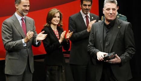 Loquillo, ahir al rebre la Medalla d'Or de Belles Arts davant de la mirada dels reis espanyols.
