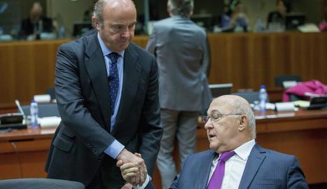 Luis de Guindos saluda el ministre francès de Finances, Michel Sapin, ahir a Brussel·les.