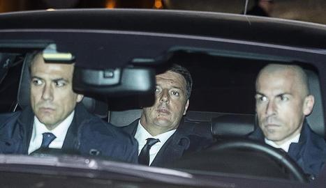 Renzi, ahir a l'arribar al Palau del Quirinal per formalitzar la dimissió davant del president italià.