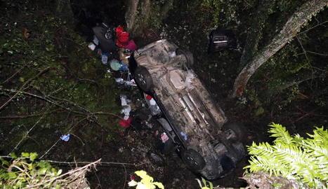 El cotxe va caure per un barranc de 7,5 m, va fer diverses voltes de campana i va quedar de cara amunt.