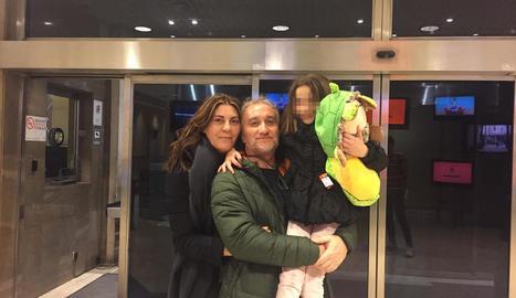 Imatge d'arxiu dels pares de la Nadia, Marga Garau i Fernando Blanco, amb la nena.