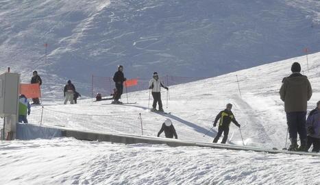 Milers d'esquiadors obren el pont de la Puríssima
