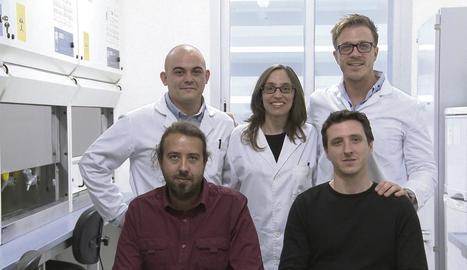 Els cinc socis que han creat l'empresa Moirai Biodesign: Núria Conde, Ivan Dotu, Salvador Duran, Amadís Pagès i Daniel Poglayen.