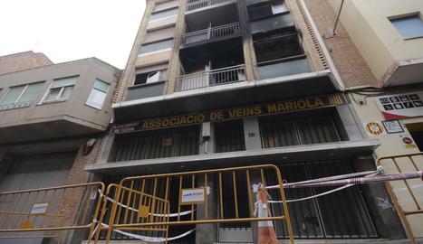 L'edifici del carrer Músic Vivaldi, a la Mariola, afectat per un incendi dimecres.
