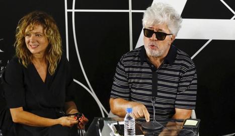 Emma Suárez i Pedro Almodóvar, en una imatge d'arxiu presentant la pel·lícula 'Julieta'.