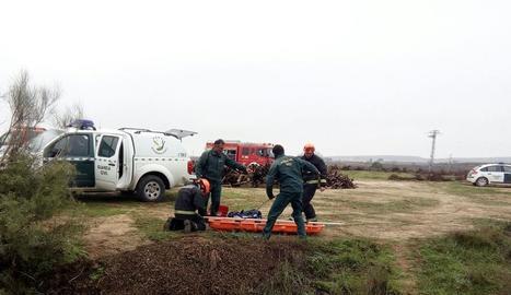 Efectius de la Guàrdia Civil van rescatar ahir el cos sense vida del jove del fons de la bassa de reg.