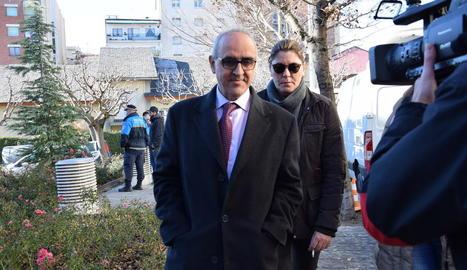 Margarita Garau, amb el seu advocat, a l'entrada als jutjats de la Seu d'Urgell, ahir al migdia.