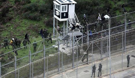 Alguns dels immigrants mentre saltaven la tanca del perímetre fronterer amb Ceuta.