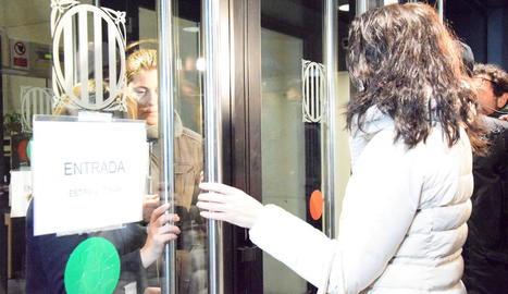 Moment en què Marga Garau entregava les claus a la seua germana perquè es fes càrrec de la Nadia.