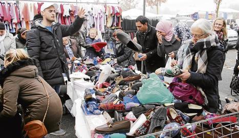 Una parada del mercat del Camp d'Esports dijous passat, més concorregut del que és habitual al coincidir en festiu.