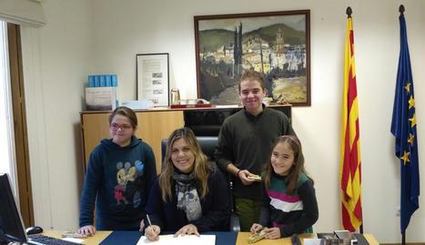 Els tres alumnes al costat de l'alcaldessa de Vilaller.