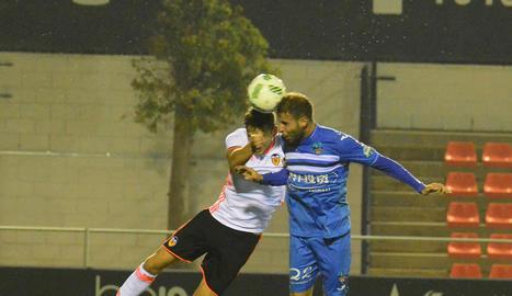 Cristian Alfonso, envoltat de jugadors valencianistes, va passar pràcticament desapercebut durant el partit.