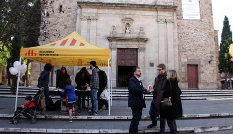 El líder d'ERC a Barcelona, Alfred Bosch, amb uns veïns a la plaça de Sarrià de la capital catalana.