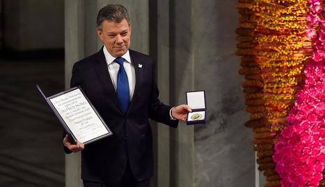 El president colombià, amb el premi i la medalla commemorativa, ahir a la capital noruega.