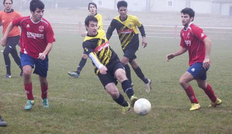 A la imatge s'observa com un jugador del Rialp (samarreta groga i negra) intercepta una passada.