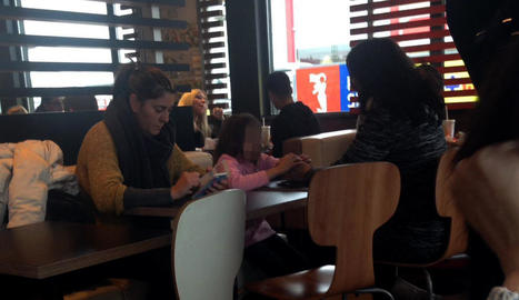 La nena, la mare i la tia van ser vistes dissabte en un restaurant de menjar ràpid de Lleida.