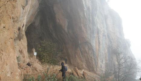 Imatges del vandalisme a la Cova del Tabac