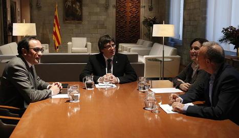 Rull, Puigdemont, Colau i Poveda ahir a la reunió.