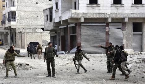 Imatge de soldats sirians patrullant per un barri d'Alep.