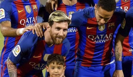Messi i l'equip titular va posar abans del partit a Doha amb Murtaza.