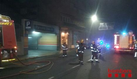 Els Bombers treballant en l'incendi al pàrquing de Magí Morera.