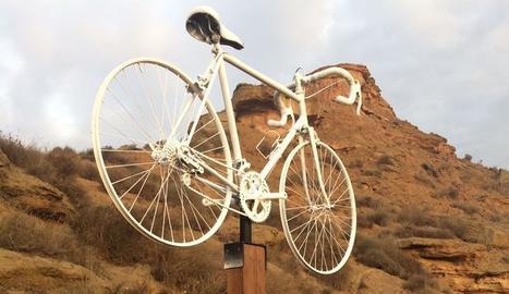 El monument en record dels dos ciclistes de Seròs.