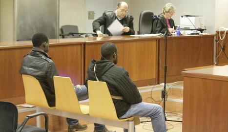 Els dos veïns de Balaguer, ahir al banc dels acusats.