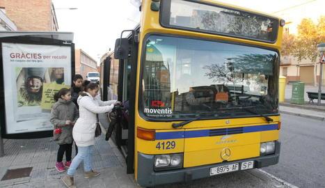 Un autobús de línia urbà de Lleida, en una parada a Magraners.