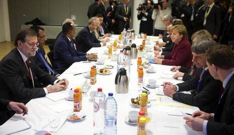 Rajoy i Merkel, entre d'altres, a la reunió d'ahir a Brussel·les.
