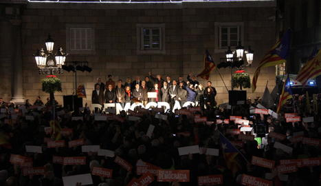 Colau va llegir el manifest a Barcelona en suport a Forcadell en una plaça Sant Jaume plena.