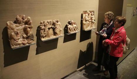 Visitants al Museu de Lleida el mes passat davant de quatre de les peces de Sixena reclamades.