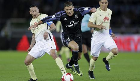 Cristiano Ronaldo regateja Rubens Sambueza.