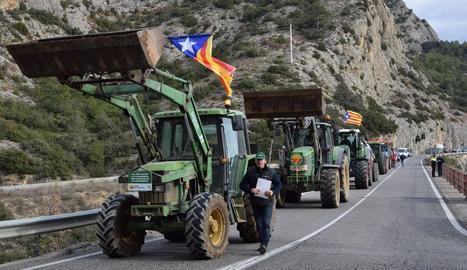 Una quinzena de tractors han tallat la C-14 a l'Alt Urgell.